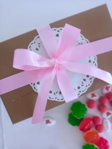 Γιορτή της μητέρας. Ενα ξεχωριστό δώρο με τυπωμένα κουφέτα βότσαλα ζελεδάκια και τσάρλεστον